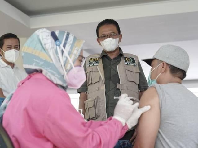 Anggota Komisi IX DPR RI H. Ali Ahmad meninjau pelaksanaan vaksinasi di El Hotel, Karangploso, Kabupaten Malang, pada Selasa (17/08/2021). (Foto: M. Sholeh/Tugu Jatim)
