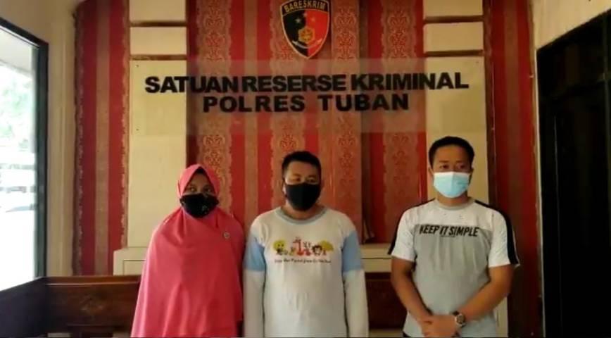Kiswan (tengah) didampingi keluarganya (kiri perempuan) dan Kades Karangagung, Kecamatan Palang Tuban Aji Agus Wiyoto (kanan) saat di Mapolres Tuban, Rabu (18/08/2021). (Foto: Satreskrim Polres Tuban/Tugu Jatim)