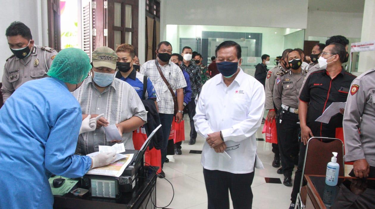 Semua kalangan masyarakat mengikuti donor plasma konvalesen yang digagas Tugu Media Group di Aula Kantor DPRD Kota Malang pada Kamis (12/08/2021). (Foto: Rubianto/Tugu Jatim)