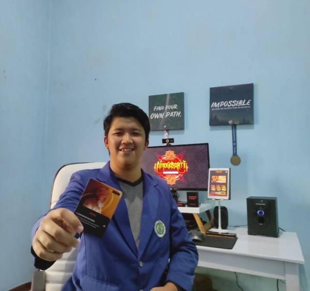 """Rifki Fajar Fitrianto, salah satu mahasiswa UM, menunjukkan game hero """"Amogasakti"""" yang memakai tokoh pewayangan Jawa. (Foto: Dokumen/Tugu Jatim)"""