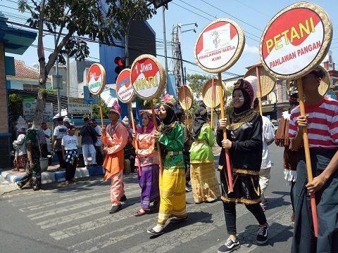 Acara perayaan warga memeriahkan hari kemerdekaan Republik Indonesia/tugu jatim