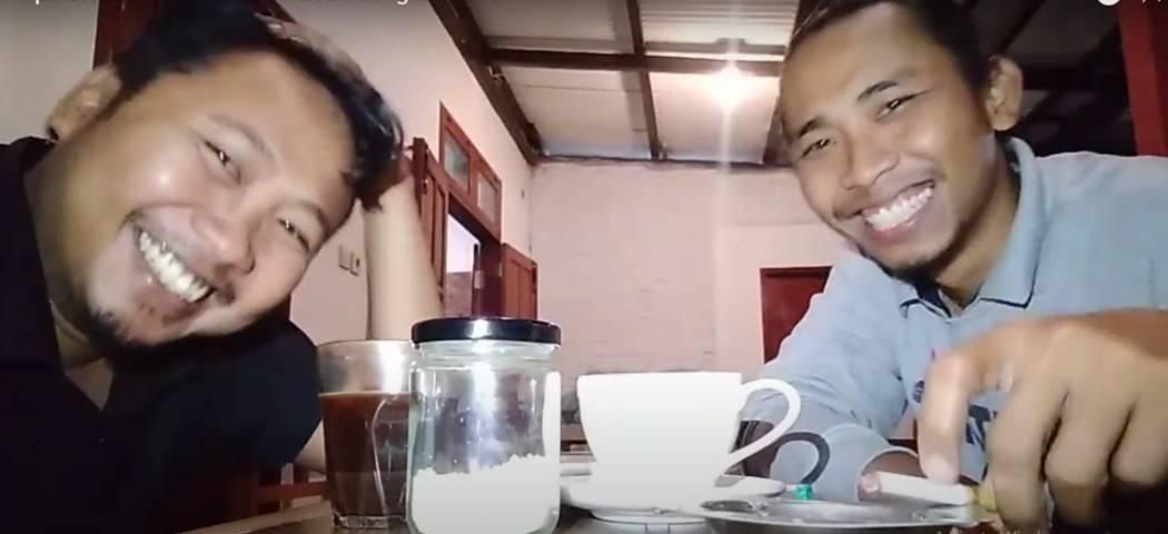 Penulis Herlianto A. (kanan) silaturahmi bersama mantan ketua Komisariat Pergerakan Mahasiswa Islam Indonesia (PMII) Kampus Unitri sekaligus penggerak dunia digital Ach. Faisol. (Foto: Herlianto A./Tugu Jatim)
