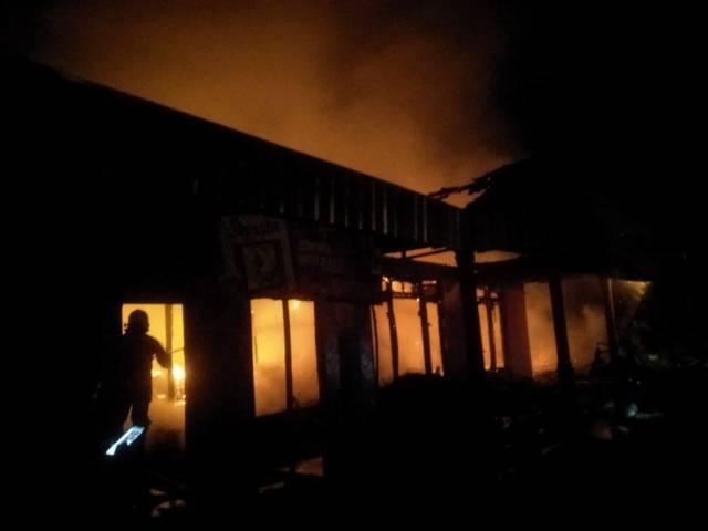 Kebakaran melanda dua rumah di Desa Tegalkodo, RT 2, RW 04, Kecamatan Sukosewu, Kabupaten Bojonegoro, Kamis malam (19/08/2021). (Foto: Damkar Bojonegoro/Tugu Jatim)