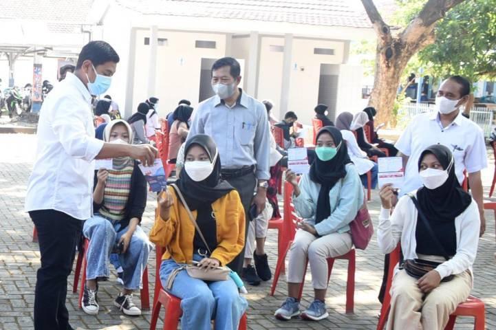 Wali Kota Kediri Abdullah Abu Bakar memberikan imbauan kepada para siswa sebelum vaksinasi di SMAN 1 Kediri pada Rabu (04/08/2021).(Foto: Rino Hayyu Setyo/Tugu Jatim)