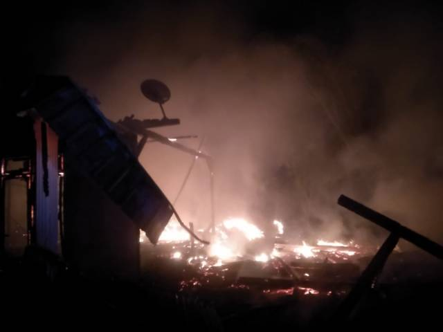 Petugas Damkar Bojonegoro kesulitas memadamkan api karena jalanan di Desa Tegalkodo, RT 2, RW 04, Kecamatan Sukosewu, Kabupaten Bojonegoro, begitu sempit. (Foto: Damkar Bojonegoro/Tugu Jatim)