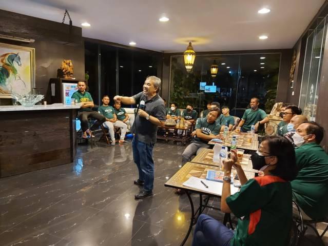 Selain Sharing Komunikasi dan Motivasi, Dr Aqua Dwipayana juga bagi-bagi hadiah kepada Tim Baseball Provinsi Banten yang akan bertanding pada PON XX di Papua mulai akhir September 2021.(Foto: Dokumen/Tugu Jatim)