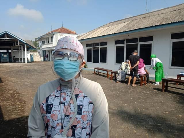 dr Yosephine Pratiwi saat ditemui di sela-sela kesibukannya melayani pasien yang melakukan terapi uap di Karangploso, Kabupaten Malang, Selasa (10/08/2021). (Foto: M. Sholeh/Tugu Jatim)