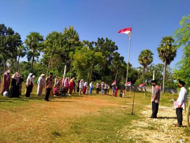 Suasana khidmat dalam upacara HUT RI ke-76 yang digelar warga Tuban pada Selasa (17/08/2021). (Foto: Mochamad Abdurrochim/Tugu Jatim)