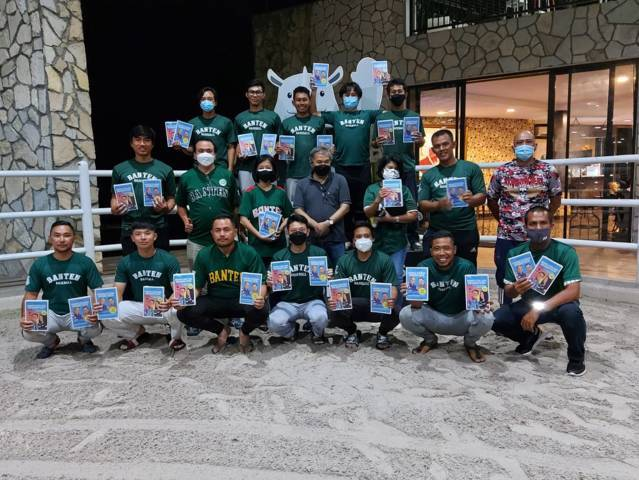 Pakar Komunikasi dan Motivator Nasional Dr Aqua Dwipayana foto bersama setelah acara Sharing Komunikasi dan Motivasi dengan Tim Baseball Provinsi Banten yang akan bertanding pada PON XX di Papua mulai akhir September 2021.(Foto: Dokumen/Tugu Jatim)