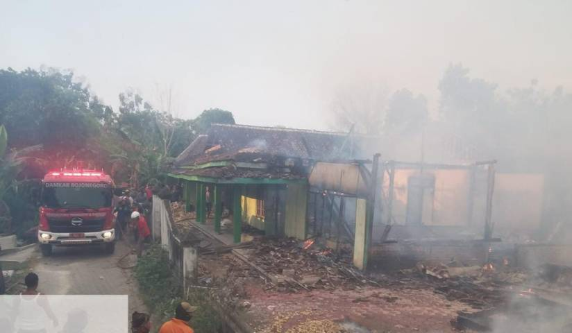 Rumah di Kabupaten Bojonegoro yang dilalap api karena korsleting listrik pada Senin sore (17/08/2021). (Foto: Dok Damkar Bojonegoro/Tugu Jatim)