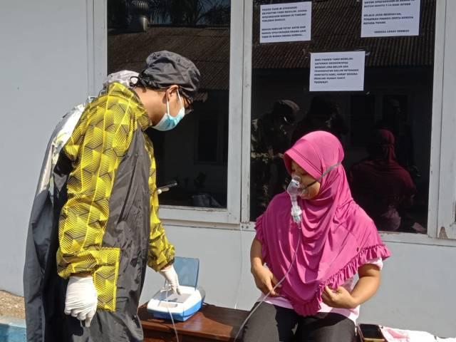Salah satu warga yang melakukan terapi uap di Karangploso, Kabupaten Malang, Selasa (10/08/2021). (Foto: M. Sholeh/Tugu Jatim)
