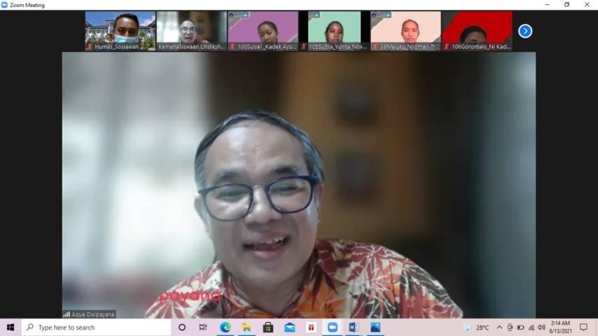 Pakar Komunikasi dan Motivator Nasional Dr Aqua Dwipayana saat menyampaikan Sharing Komunikasi dan Motivasi kepada 3.683 mahasiswa baru Universitas Pendidikan Ganesha (Undiksha) Singaraja, Bali, yang menjadi bagian dari Pengenalan Kehidupan Kampus bagi Mahasiswa Baru (PKKMB) Undiksha 2021 pada Jumat (13/08/2021). (Foto: Dokumen/Tugu Jatim)