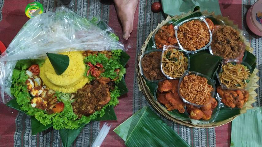 Tumpeng Kendit (nasi kuning), sarana utama untuk selamatan tolak bala pada Kamis Legi (08/07/2021). (Foto:Azmy/Tugu Jatim)