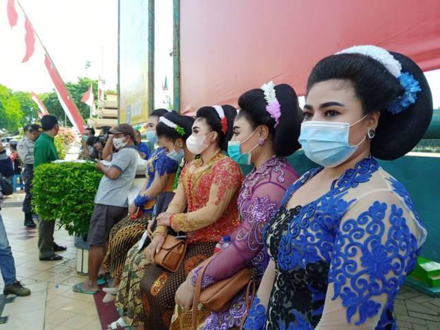 Sejumlah Waranggono yang ikut melakukan aksi demo menuntut pelonggaran para seniman untuk bisa menggelar pementasan, di depan kantor Pemkab Tuban, Kamis (19/08/2021). (Foto: Mochamad Abdurrochim/Tugu Jatim)
