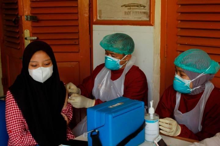 Ilustrasi nakes yang sedang memvaksinasi masyarakat Kota Kediri. (Foto: Rino Hayyu Setyo/Tugu Jatim)