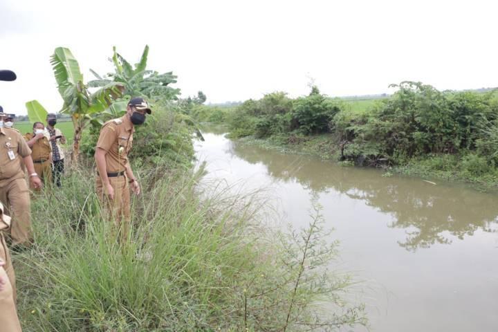 Aditya Halindra Faridzky tampak mengecek salah satu kawasan yang rawan banjir, Selasa (03/08/2021). (Foto: Diskominfo Pemkab Tuban/Tugu Jatim)
