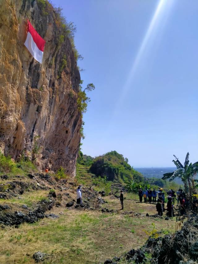 Anggota Mapala Guyub dan atlet panjat tebing mengikuti upacara pengibaran bendera Merah Putih di Puncak Tebing Sumur Pahit Semanding untuk memperingati HUT RI ke-76 pada Selasa (17/08/2021). (Foto: Anggota Mapala Guyub dan atlet panjat tebing di Tuban mengibarkan bendera Merah Putih di Puncak Tebing Sumur Pahit Semanding untuk memperingati HUT RI ke-76 pada Selasa (17/08/2021). (Foto: Mochamad Abdurrochim/Tugu Jatim)