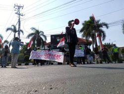 """DPRD """"Pelesiran"""" ke Yogyakarta, Warga Tuban Bereaksi dengan Gelar Demo di Gedung Dewan"""