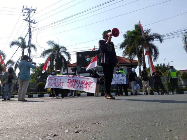 Puluhan massa yang mengatasnamakan warga Tuban menggelar aksi demo di bundaran Patung Letda Sucipto dan di depan Gedung DPRD Tuban, Jumat (13/08/2021). (Foto: Mochamad Rochim/Tugu Jatim)
