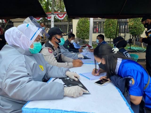 Aremania dan Aremanita saat proses screening di Polres Malang (Polres Malang), Senin (09/08/2021). (Foto: M. Sholeh/Tugu Jatim)