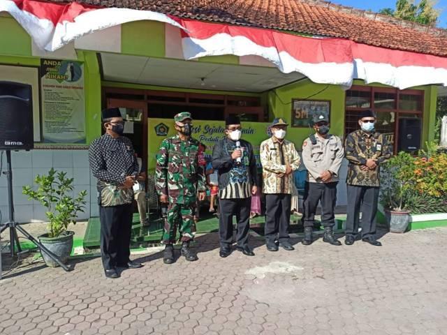 Kepala Kantor Kemenag Tuban Sahid bersama forkopimda sebelum menyerahkan paket sembako dan vitamin untuk warga terdampak Covid-19 di sekitar KUA Semanding, Kamis (12/08/2021). (Foto: Humas Kemenag Tuban/Tugu Jatim)