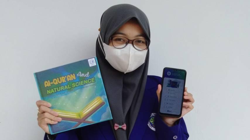 Salah satu tim mahasiswa UM memperlihatkan Qurraci, media pembelajaran yang mengintegrasikan Alquran dan natural science, Senin (09/08/2021). (Foto: Dokumen/Tugu Jatim)