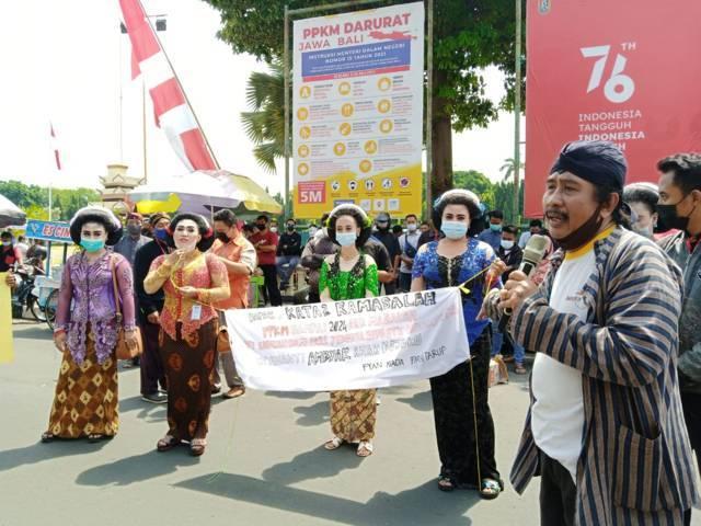 Para seniman menggelar aksi karena lama dilarang pentas karena pandemi Covid-19 di depan kantor Pemkab Tuban, Kamis (19/08/2021). (Foto: Mochamad Abdurrochim/Tugu Jatim)