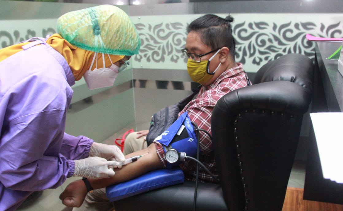 Salah satu pendonor plasma konvalesen yang digagas Tugu Media Group di Aula Kantor DPRD Kota Malang pada Kamis (12/08/2021). (Foto: Rubianto/Tugu Jatim)