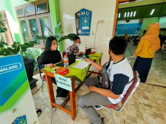Pemkot Malang menggelar vaksinasi serentak untuk para siswa sekolah menengah atas (SMA) di Kota Malang, di SMAN 2, Rabu (04/08/2021). (Foto: Rizal Adhi/Tugu Jatim)
