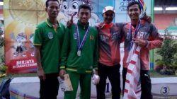 Teuku Tegar, atlet lompat galah asal Kecamatan Plumpang, Tuban, saat menerima medali perak dalam Pekan Olahraga Nasional (PON) Jabar 2016 bagi Kontingen Jatim. (Foto: Konituban.com/Tugu Jatim)