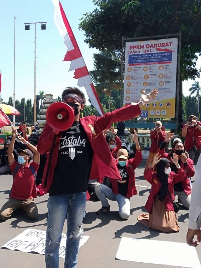 Salah satu anggota IMM Tuban yang berorasi di depan Gedung Pemkab Tuban, Kamis (12/08/2021). (Foto: Rochim/Tugu Jatim)