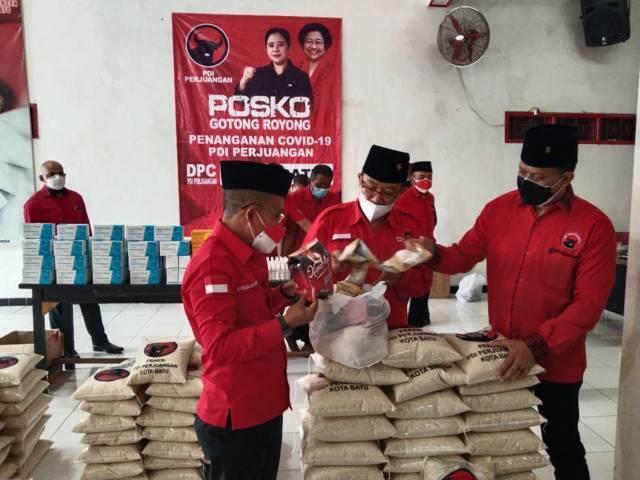 Ketua DPC PDIP Kota Batu Punjul Santoso saat peresmian Posko Gotong Royong Covid-19 pada Selasa (17/08/2021). (Foto: DPC PDIP Kota Batu/Tugu Jatim)