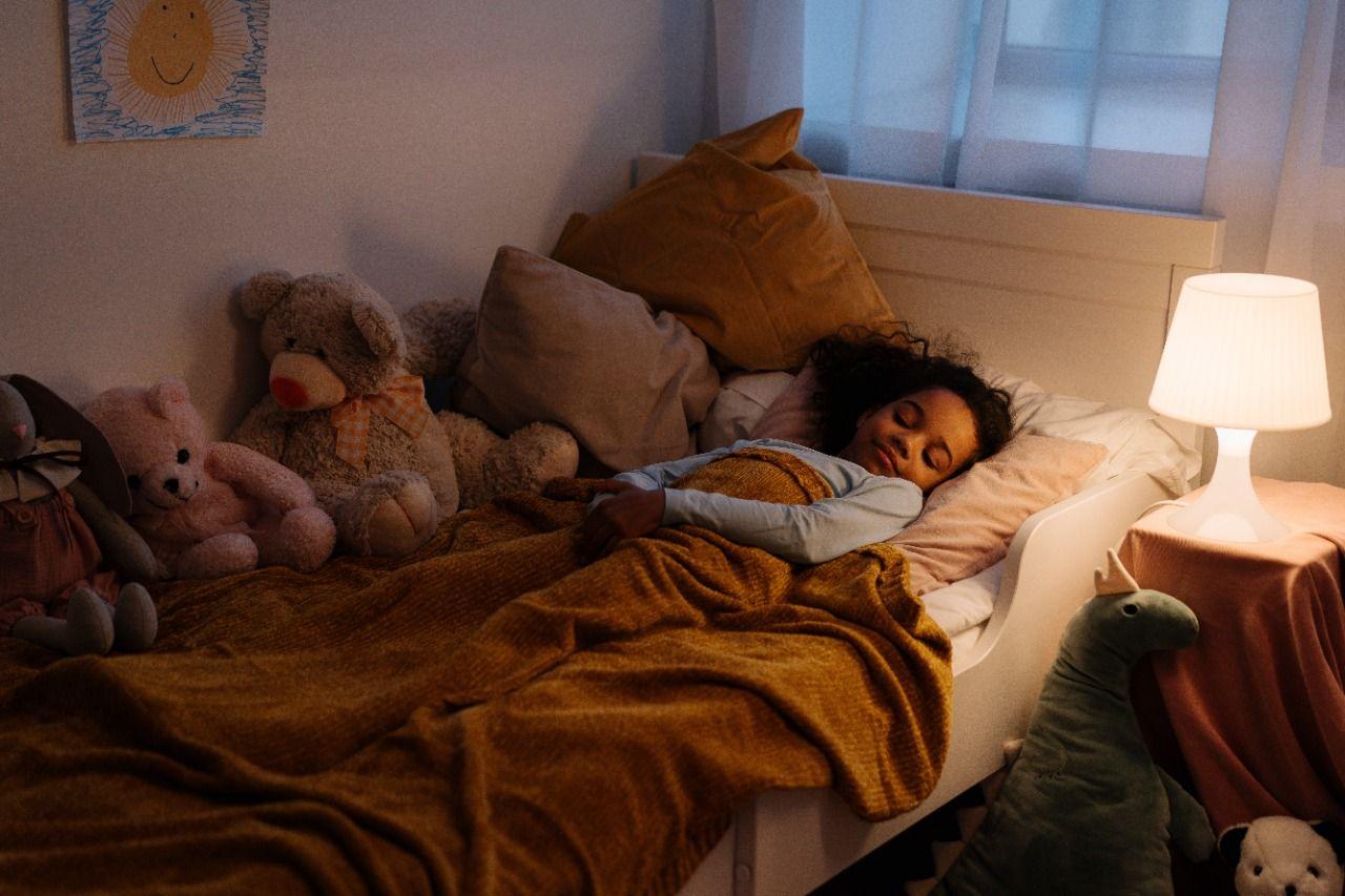 Ilustrasi posisi tidur terlentang yang dapat kurangi sakit leher dan jerawat/tugu jatim