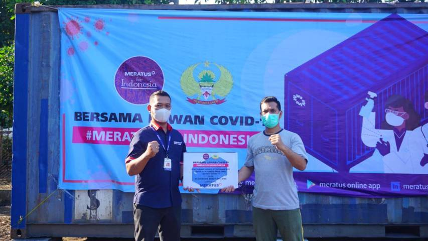 Proses simbolis penyerahan donasi satu kontainer dari perwakilan Meratus Line, operator kapal dan logistik terbaik di Indonesia (kiri), kepada perwakilan Rumah Sakit Bhirawa Bakti Malang pada Rabu (11/08/2021). (Foto: Rizal Adhi/Tugu Jatim)