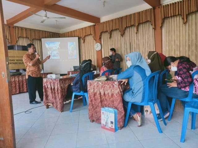 Tim LP2M UM sedang mengedukasi warga untuk mengelola kawasan Kampoeng Kajoetangan Heritage Kota Malang, Kamis (19/08/2021). (Foto: Rizal Adhi Pratama/Tugu Jatim)