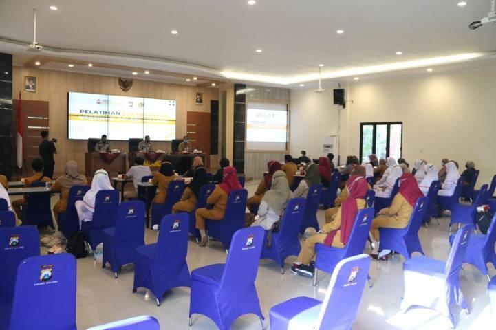 Suasana pelatihan dan pengarahan kepada relawan Covid-19 dari kalangan milenial yang digelar Polres Malang dan Dinas Kesehatan Kabupaten Malang pada Selasa (10/08/2021). (Foto: Polres Malang/Tugu Jatim)