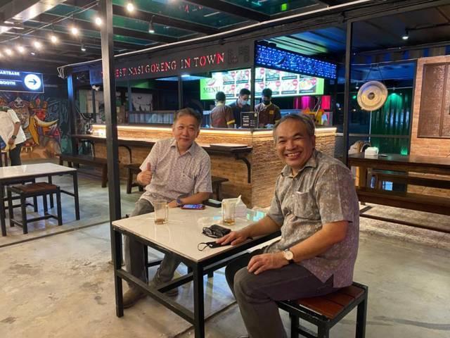 Pakar Komunikasi dan Motivator Nasional Dr Aqua Dwipayana bersama Effendi Pudjihartono, Chief Executive Officer yang juga pemilik Foxstars Group di Cafe Prajurit Kompleks Kodam V/Brawijaya Surabaya, Jawa Timur, pada Rabu (18/08/2021). (Foto: Dokumen/Tugu Jatim)