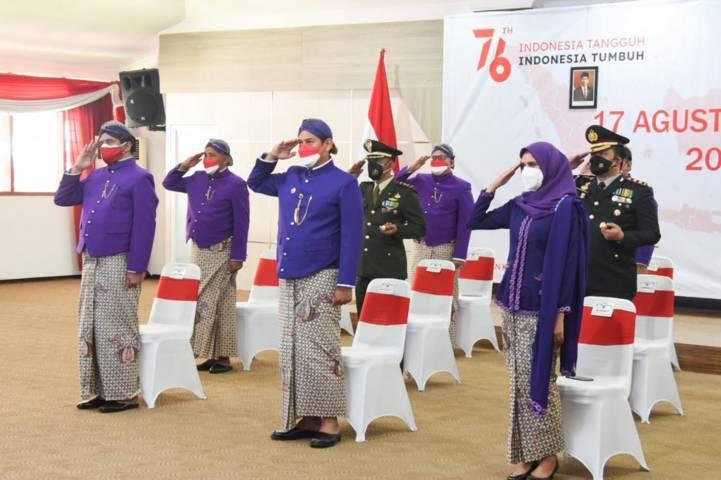 Wali Kota Kediri Abdullah Abu Bakar saat mengikuti upacara peringatan Hari Ulang Tahun Republik Indonesia (HUT RI) ke-76, Selasa (17/08/2021), di Halaman Balai Kota Kediri.(Foto: Dokumen/Tugu Jatim))