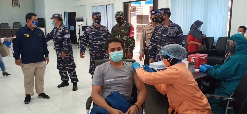 Pangkoarmada II Laksamana Muda TNI Iwan Isnurwanto saat memantau vaksinasi massal di Kota Malang. (Foto: Dokumen/Tugu Jatim)