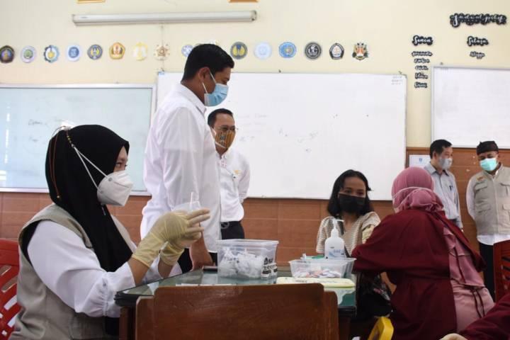 Wali Kota Kediri Abdullah Abu Bakar meninjau langsung pelaksanaan vaksinasi untuk 1.000 siswa di SMAN 1 Kediri pada Rabu (04/08/2021).(Foto: Rino Hayyu Setyo/Tugu Jatim)