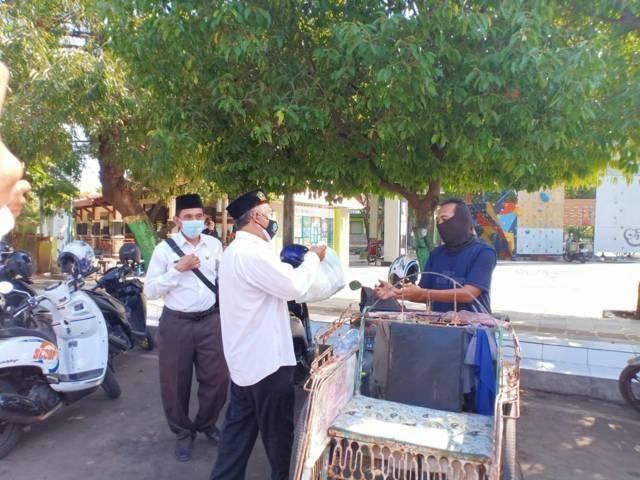 Selain membagikan paket sembako kepada PKL, Sahid juga membagikan bantuan kepada tukang becak pada Selasa (03/08/2021). (Foto: Humas Kemenag Tuban/Tugu Jatim)