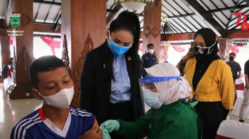 Anggota Komisi IX DPR RI Krisdayanti saat meninjau proses vaksinasi di Rumah Dinas Wali Kota Batu, Jumat (20/8/2021). (Foto: Diskominfo Kota Batu) tugu jatim