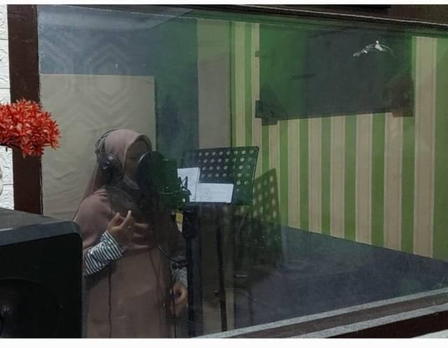 Sonya Putri Nelta, anak Panti Asuhan Aisyiah, Ampang, Kota Padang tengah melakukan sesi rekaman di Studio Sament Production, Padang. (Foto: Dokumen)