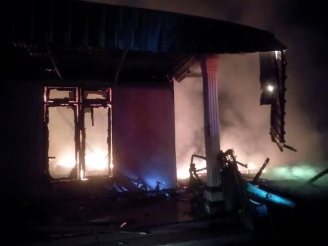 Akibat kebakaran di Desa Tegalkodo, RT 2, RW 04, Kecamatan Sukosewu, Kabupaten Bojonegoro, Kamis malam (19/08/2021), 100 ayam ikut terpanggang. (Foto: Damkar Bojonegoro/Tugu Jatim)