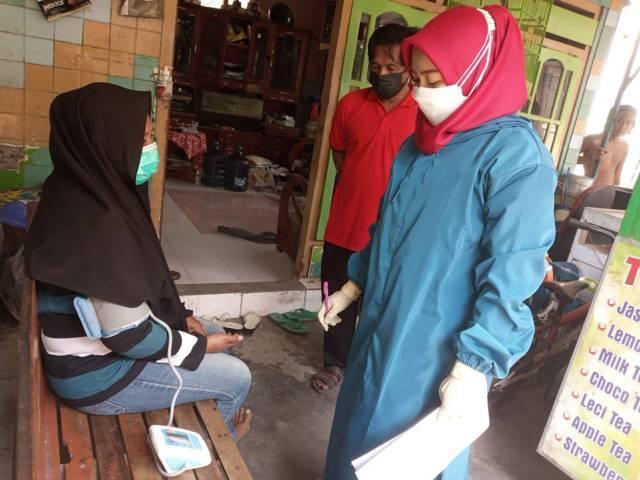 Salah satu warga positif Covid-19 kategori OTG dicek kesehatannya oleh nakes di Kota Kediri. (Foto: Dokumen/Tugu Jatim)