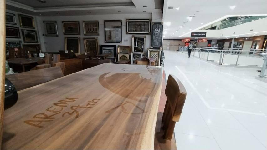 Suasana salah satu tenant di Mall Lippo Plaza Batu mulai berdebu sejak pelarangan operasional sebulan lalu, Selasa (03/08/2021). (Foto:Azmy/Tugu Jatim)