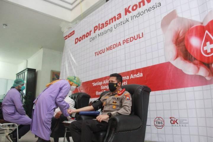 Kapolres Malang Kota AKBP Budi Hermanto saat ikut berpartisipasi donor plasma konvalesen yang digagas Tugu Media Group di Aula Kantor DPRD Kota Malang pada Kamis (12/08/2021). (Foto: Rubianto/Tugu Jatim)