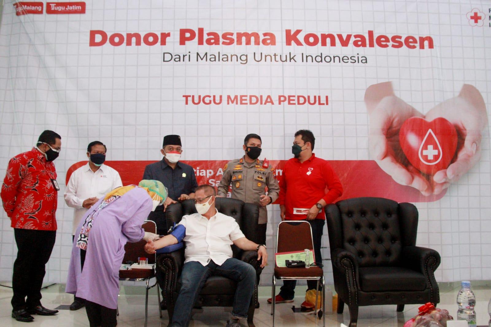 Pengusaha yang juga CEO PT Beton Indotama Surya Sim Putra Bradley selaku penyintas Covid-19 saat donor plasma konvalesen yang digagas Tugu Media Group di Aula Kantor DPRD Kota Malang pada Kamis (12/08/2021). (Foto: Rubianto/Tugu Jatim)