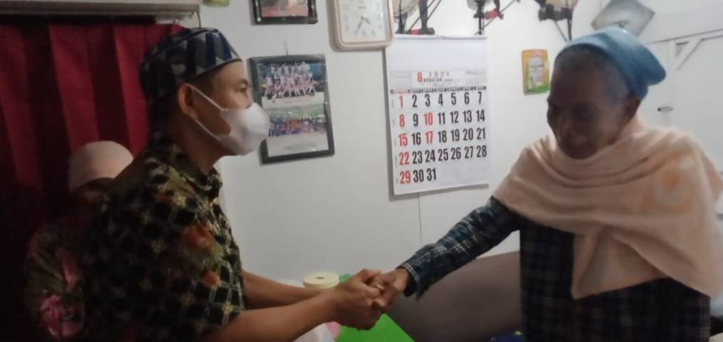 Babinkamtibmas Gadingkasri bersama Babinsa Gadingkasri mengunjungi rumah Kakek Satirun, 86; dan Nenek Tiah, 79, di rumah kontrakannya di Gading Kasri, Nomor 14 B, RT 04, RW 06, Klojen, Kota Malang, Rabu (18/08/2021). (Foto: Irham Thoriq/Tugu Jatim)