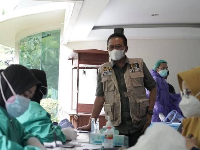 H. Ali Ahmad memantau proses vaksinasi yang dilakukan nakes di El Hotel, Karangploso, Kabupaten Malang, pada Selasa (17/08/2021). (Foto: M. Sholeh/Tugu Jatim)